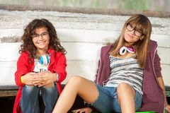 Retrato de dos novias adolescentes al aire libre. Foto de archivo