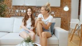 Retrato de dos novias adolescentes alegres que miran la cámara y la sonrisa almacen de video