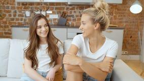 Retrato de dos novias adolescentes alegres que se relajan en casa almacen de video