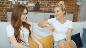 Retrato de dos novias adolescentes alegres que se relajan en casa almacen de metraje de vídeo