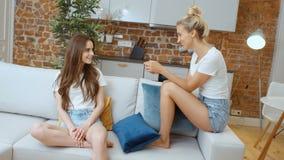 Retrato de dos novias adolescentes alegres que se relajan en casa metrajes