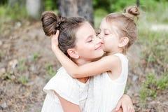 Retrato de dos novias de las muchachas imagen de archivo