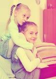 Retrato de dos pequeñas hermanas felices que juegan dentro foto de archivo libre de regalías