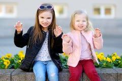 Retrato de dos pequeñas hermanas lindas al aire libre Fotos de archivo libres de regalías