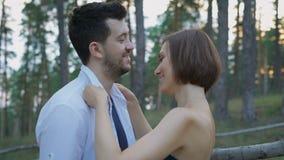 Retrato de dos personas jovenes, individuos y muchachas atractivos en el bosque del pino metrajes