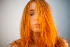 Retrato de Dreammy da mulher bonita do ruivo no foco macio Fotos de Stock