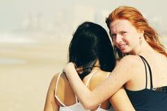 Retrato de duas amigas de sorriso Fotos de Stock Royalty Free
