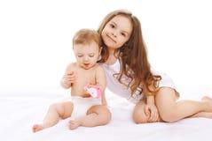 Retrato de duas crianças das irmãs que jogam junto Imagem de Stock Royalty Free