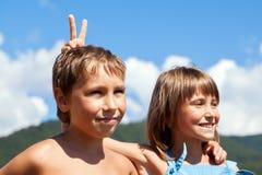 Retrato de duas crianças de sorriso na natureza Imagens de Stock