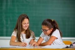 Retrato de duas estudantes em uma sala de aula Fotos de Stock Royalty Free