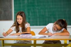 Retrato de duas estudantes em uma sala de aula Foto de Stock