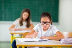Retrato de duas estudantes felizes em uma sala de aula Imagens de Stock Royalty Free