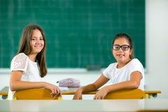 Retrato de duas estudantes felizes em uma sala de aula Fotografia de Stock Royalty Free