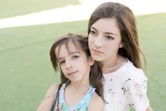 Retrato de duas irmãs Fotos de Stock