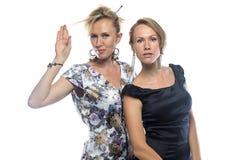Retrato de duas irmãs que tocam no cabelo Fotos de Stock Royalty Free