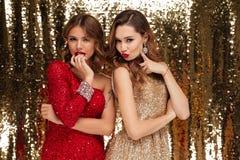 Retrato de duas jovens mulheres atrativas em vestidos sparkly Imagem de Stock