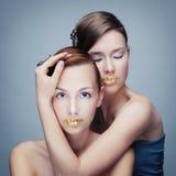 Retrato de duas meninas com bordos dourados Imagem de Stock Royalty Free