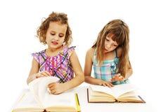 Retrato de duas meninas diligentes no local de trabalho foto de stock royalty free