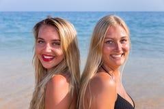Retrato de duas meninas no mar Foto de Stock