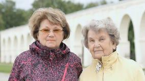 Retrato de duas mulheres adultas positivas fora vídeos de arquivo