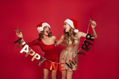 Retrato de duas mulheres alegres felizes em vestidos sparkly Fotos de Stock