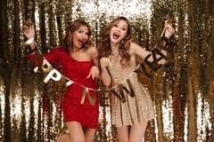 Retrato de duas mulheres atrativas entusiasmado em vestidos sparkly Imagem de Stock Royalty Free