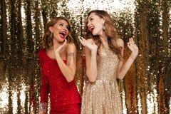 Retrato de duas mulheres bonitas animadores em vestidos sparkly Fotografia de Stock Royalty Free
