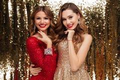 Retrato de duas mulheres bonitas bonitas em vestidos sparkly Fotografia de Stock