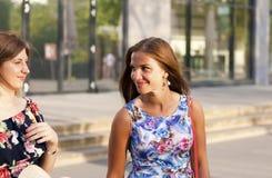 Retrato de duas mulheres bonitas que falam na rua imagem de stock
