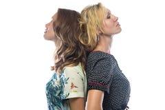 Retrato de duas mulheres eretas no fundo branco Fotos de Stock Royalty Free