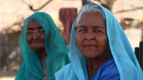 Retrato de duas mulheres indianas idosas na roupa colorida tradicional filme