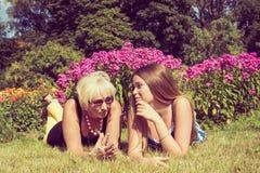 Retrato de duas mulheres no verão fora Mãe e filha que falam no parque Foto tonificada Imagens de Stock