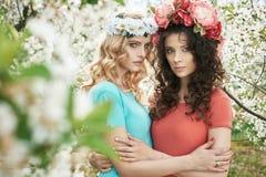 Retrato de duas ninfas adoráveis Fotografia de Stock