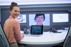 Retrato de ejecutivo femenino teniendo llamada video en la sala de reunión fotos de archivo