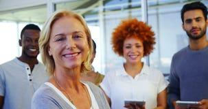 Retrato de ejecutivos sonrientes almacen de video