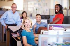 Retrato de empresarios en oficina abierta moderna del plan Fotos de archivo