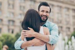 Retrato de encantar la reunión agradable atractiva del conocido de la ayuda del cuidado de la dulzura de la dulzura de la abrazo  fotos de archivo