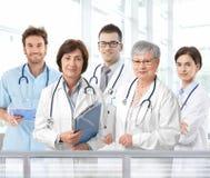 Retrato de equipa médica envelhecida misturada fotografia de stock royalty free