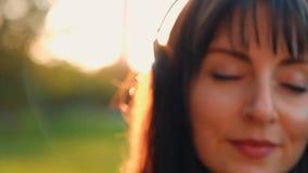 Retrato de estreitamento de uma linda jovem, verdadeiramente sonhadora. filme