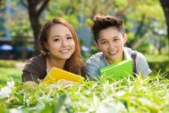Estudiantes diligentes Fotografía de archivo libre de regalías