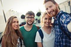 Retrato de estudiantes jovenes felices fotos de archivo libres de regalías