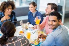 Retrato de executivo masculino feliz comendo o café da manhã Foto de Stock Royalty Free
