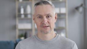 Retrato de falar Gray Hair Man, bate-papo video em linha filme