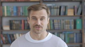 Retrato de falar o homem adulto, bate-papo video em linha vídeos de arquivo