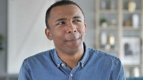 Retrato de falar o homem africano novo, bate-papo video em linha video estoque