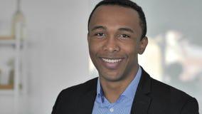 Retrato de falar o homem de negócios afro-americano ocasional, bate-papo video em linha filme