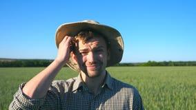 Retrato de fazendeiro masculino confuso que olha na câmera e que risca sua cabeça Feche acima do homem duvidoso novo filme