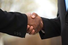 Retrato de fazer um acordo afro-americano dos homens de negócios Fotos de Stock Royalty Free