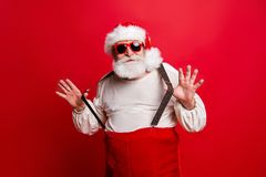 Retrato de felicitações funky sonhadoras positivas alegres de Santa imagens de stock royalty free