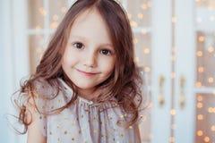 Retrato de feliz, positivo, sonriendo, muchacha caucásica linda Foto de archivo